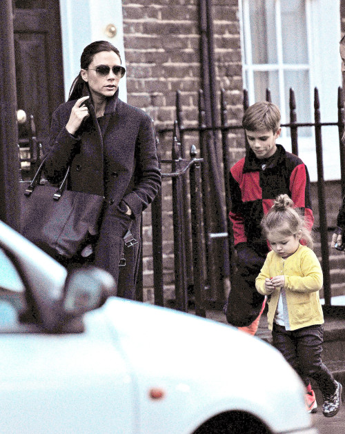 Victoria Beckham stops by a Cell Phone Store with Harper and Romeo