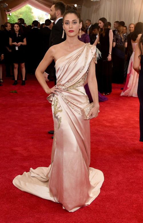 Lizzy-Caplan at met gala