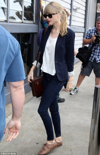 Taylor paired her cute top with a pair of tan trousers and black and brown leather brogues.