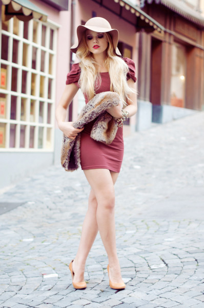 1.-feminine-dress-with-chic-hat-and-fur-scarf