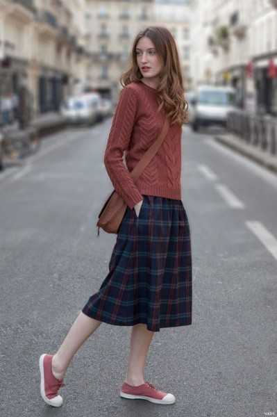 I really like this casual outfit, the length of the skirt, and the sweater for fall.