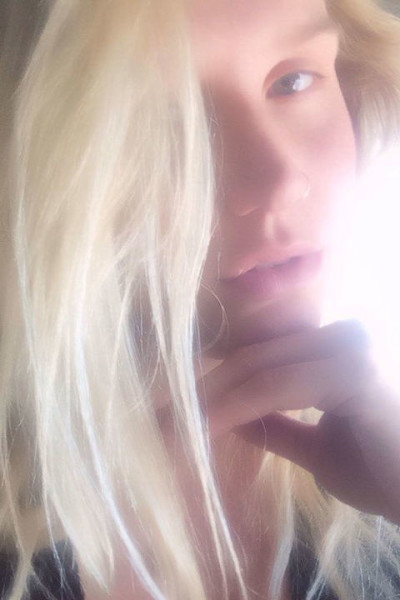 Kesha looks so pretty and radiant (literally) in her makeup-less selfie.