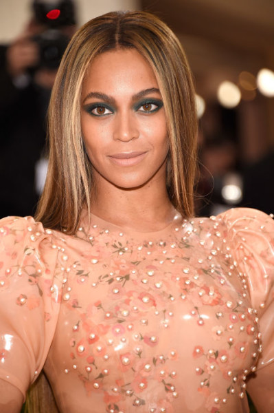 Beyoncé made a strong statement by keeping things sharp and simple with charcoal gray winged shadow and sleek, middle-parted hair.