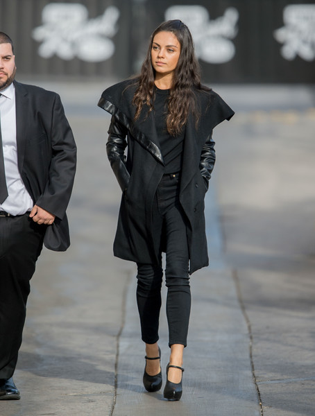 Mila Kunis completed her all-black outfit with a pair of skinny jeans.