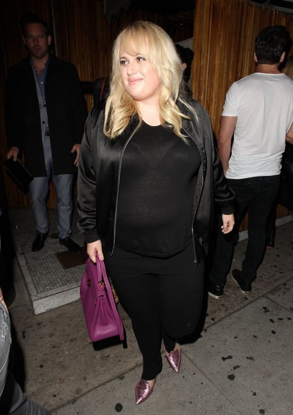 Rebel Wilson completed her casual outfit with black skinny jeans.