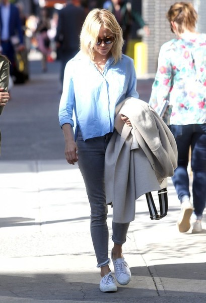 Sienna Miller teamed her top with a pair of gray skinny jeans.