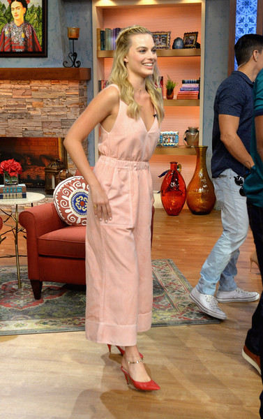 Margot Robbie appeared on 'Despierta America' wearing a cute pink jumpsuit by Ulla Johnson.