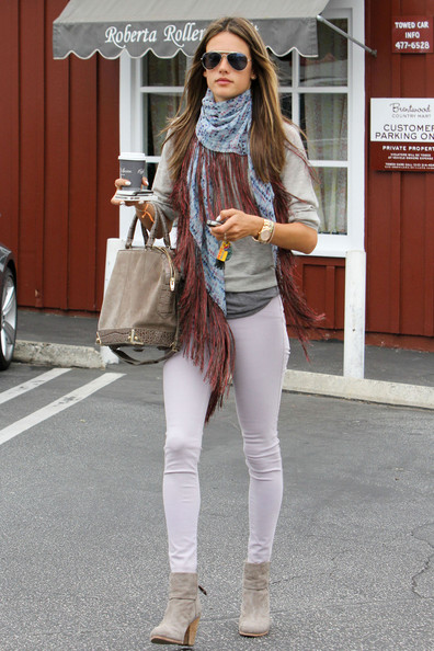 A pair of light gray skinny jeans kept Alessandra's look summery and bright.