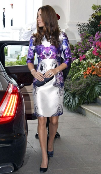 We are dying over the lovely abstract print Kate Middleton wore to the State Reception Dinner on her Diamond Jubilee Tour.