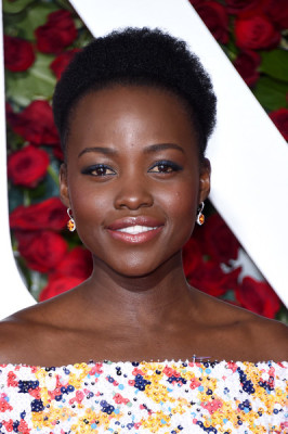 Lupita Nyong'o stuck to her natural curls when she attended the 2016 Tony Awards.