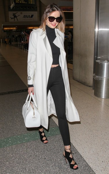 Miranda Kerr polished off her stylish airport look with a white leather bowler bag.