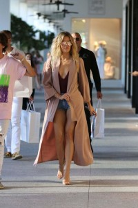 Khloe Kardashian Shopping In Bal Harbour In Miami