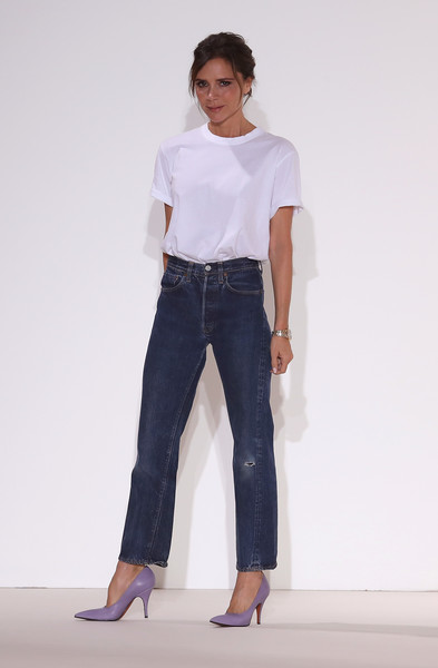 Victoria Beckham paired her shirt with torn jeans by Levi's.