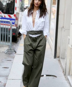 Emily Ratajkowski kept it relaxed in a classic white button-down with rolled-up sleeves at the Valentino Spring 2018 show.