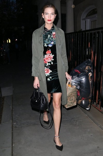 Karlie Kloss styled her look with a black Versace Palazzo Empire bag.