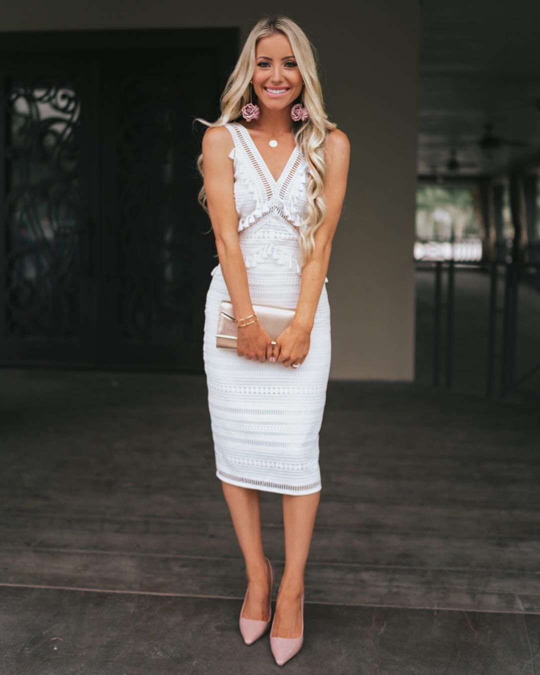via @katelynpjones' white lace midi paired with pop pink accessories