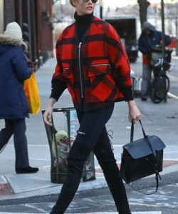 Karlie Kloss topped off her street-chic look with a black Mansur Gavriel Lady bag.