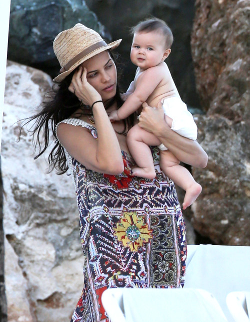Jenna Dewan-Tatum with Everly tatum.jpg