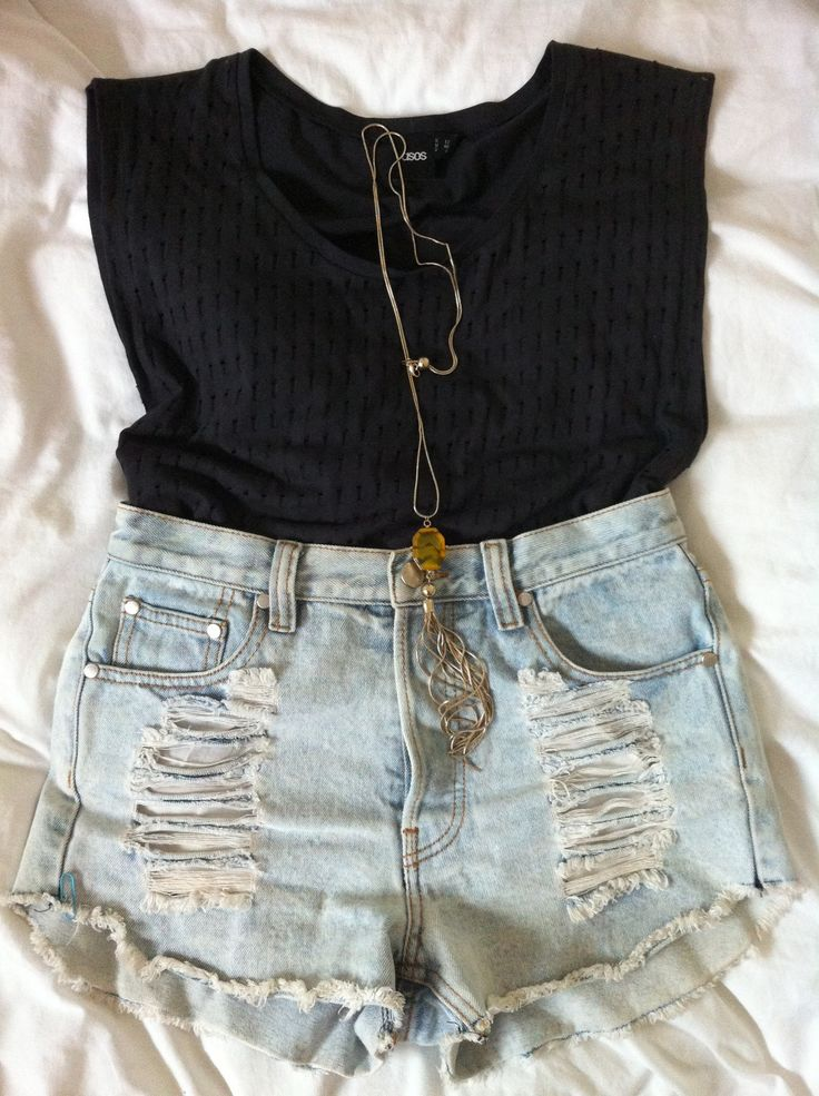 Ripped Short Jeans Outfit