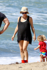 Elsa Pataky enjoys a hot sunny day at beach with daughter India Rose