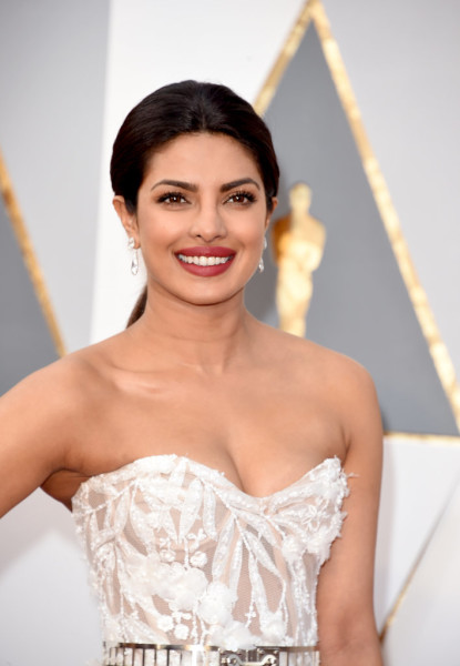 Gorgeously groomed brows and sultry red lips gave Priyanka a highly polished, classic Hollywood look.