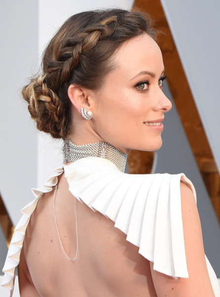 Olivia's side-parted headband braid-bun hybrid added a boost of bohemian glam to her look.