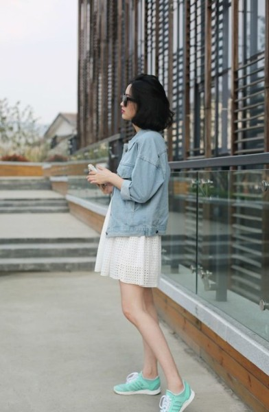 How To Wear Dress Outfit With Sneakers In 2016 Streetstyle Lace dress with denim chambray jacket and sneakers