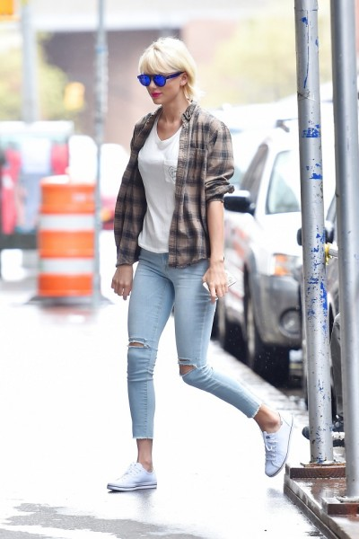 Swift added a little something extra by topping the look with a plaid shirt and reflective sunglasses, pieces with just the right amount of attitude.