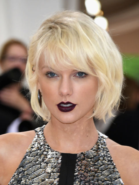 Taylor Swift juxtaposed her newly platinum bob with a dark mulberry lip color.
