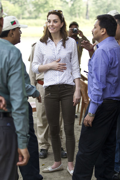 Kate Middleton teamed her shirt with brown skinny jeans by Zara.