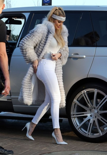 Khloe Kardashian put on a shapely display in white skinny jeans by Frame.