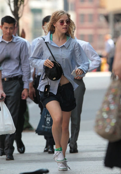 Suki Waterhouse blended in with the NYC crowd in her blue button-down shirt.