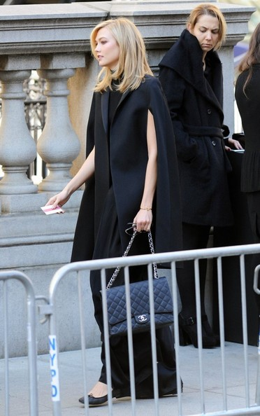 Karlie Kloss arrived for Oscar de la Renta's funeral wearing a caped black coat.