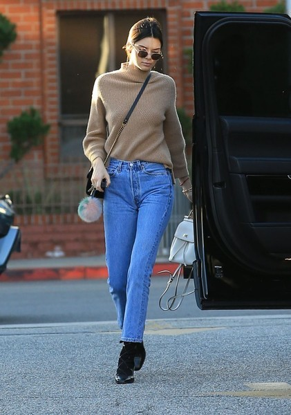 Kendall Jenner did some post-Christmas shopping wearing a cozy beige turtleneck.