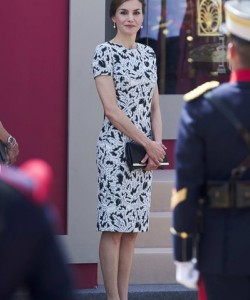 Queen Letizia of Spain chose a black-and-white printed sheath by Carolina Herrera for her Armed Forces Day 2017 look.
