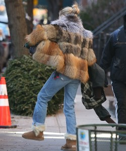 Sienna Miller strugges to be a mom in Michael Kors fur coat.