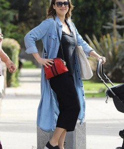 Jessica Alba shows off trim figure nearly one month after giving birth