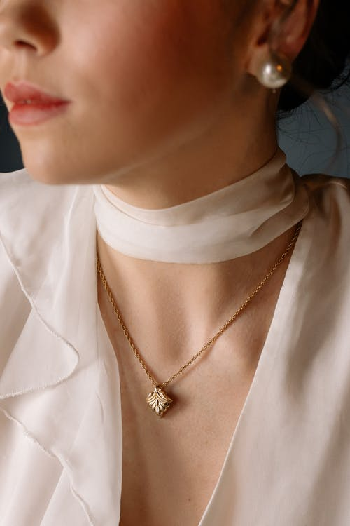 5 Tips To Pull Off A Stunning Look With Minimal Jewellery